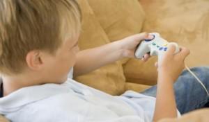 dziecko grające na konsoli
